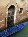 Venedig-Landhaus und Gondel Stockfotos