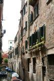 Venedig liten kanal arkivbilder
