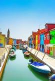 Venedig-Markstein, Burano-Inselkanal, bunte Häuser und Boote, Stockfoto