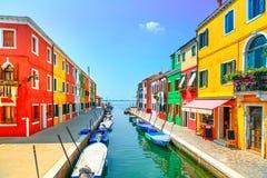 Venedig-Markstein, Burano-Inselkanal, bunte Häuser und Boote, Stockfotografie
