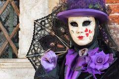 Venedig maskerade damen med paraplyet Arkivbilder