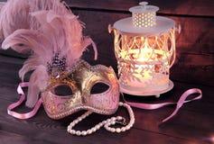 Venedig maskering och ljusstake Arkivfoto