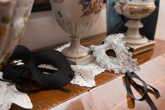 Venedig maskeringar på trätabellen royaltyfri foto