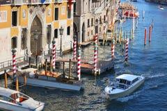 Venedig med fartyg på den storslagna kanalen Fotografering för Bildbyråer