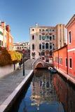 Venedig med fartyg på kanalen i Italien Arkivbild