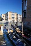 Venedig med gondoler på den storslagna kanalen Arkivfoto