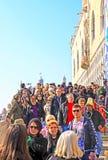 Venedig - Menge von den Touristen, die auf Brücke an Venedig-Karneval gehen Lizenzfreie Stockfotografie