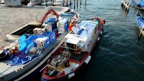 Venedig Motorbåt för två frakter på pir arkivfilmer