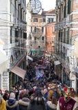 Venedig mycket av turister under karnevalet 2018 Royaltyfria Bilder