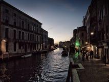 Venedig nachts mit Betrieb ohne Gewerkschaftsmonopolen Lizenzfreie Stockfotos