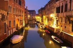 Venedig nattcityscape med fartyg i kanalen, Italien Den Venedig gatan exponerade lyktor royaltyfri fotografi
