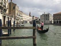 Venedig och en gondol i den storslagna kanalen arkivfoto