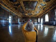 Venedig - Oktober 04: Den okända turisten gör ett foto i Palazzoen Ducale på Oktober 04, 2017 i Venedig Royaltyfria Foton