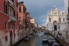 Venedig piazza med en marmorfasade av domkyrkan, kanalen och fartyget Arkivbild