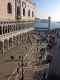 Venedig: Quadrat, Kanal, Laternenpfähle, Pfosten, Touristen Lizenzfreie Stockfotos