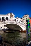 Venedig-rialto Brücke vom Boden lizenzfreies stockbild