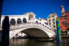 Venedig-rialto Brücke vom Boden stockbild