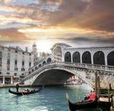Venedig Rialto bro och med gondolen på Grand Canal, Italien Royaltyfri Bild