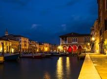 Venedig Rialto marknad på natten Arkivbild
