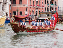 VENEDIG - 4. SEPTEMBER: Parade von historischen Booten hielt September Lizenzfreie Stockfotos