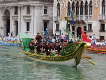 VENEDIG - 4. SEPTEMBER: Parade von historischen Booten hielt September Stockbilder