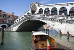 Venedig - sikt av den berömda Rialto bron Royaltyfria Bilder