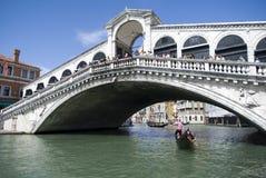 Venedig - sikt av den berömda Rialto bron Arkivbilder