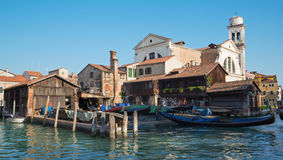Venedig - skeppsdocka för reparation av gondoler near kyrkliga Chiesa San Trovaso Royaltyfri Fotografi