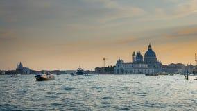 Venedig solnedgångpanorama: Santa Maria della Salute gemensamt, honnören, Venedig royaltyfri foto