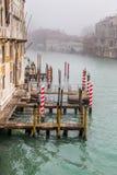 Venedig-Stadtbild, schmaler Wasserkanal, Glockenturmkirche auf Hintergrund und traditionelle Gebäude Italien, Europa Stockbild