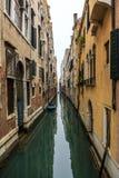 Venedig-Stadtbild, schmaler Wasserkanal, Glockenturmkirche auf Hintergrund und traditionelle Gebäude Italien, Europa Lizenzfreies Stockbild
