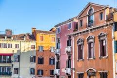 Venedig-Stadtbild, schmaler Wasserkanal, Glockenturmkirche auf Hintergrund und traditionelle Gebäude Italien, Europa Lizenzfreie Stockfotografie