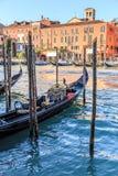 Venedig-Stadtbild, schmaler Wasserkanal, Glockenturmkirche auf Hintergrund und traditionelle Gebäude Italien, Europa Stockfotos