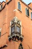 Venedig-Stadtbild, schmaler Wasserkanal, Glockenturmkirche auf Hintergrund und traditionelle Gebäude Italien, Europa Lizenzfreie Stockbilder