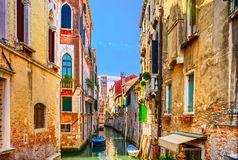 Venedig-Stadtbild, Wasserkanal, Glockenturmkirche und traditionelles Lizenzfreies Stockfoto