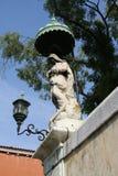 Venedig, Statue mit Überdachung und Laternenpfahl stockbild