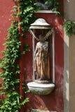 Venedig staty i en nisch med murgrönan royaltyfri fotografi