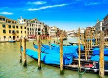 Venedig storslagen kanal, gondoler eller gondole och Rialto bro. Italien royaltyfri bild