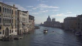 Venedig storslagen kanal med fartygtrafik stock video