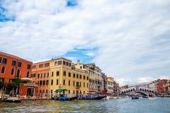 Venedig storslagen kanal och Rialto bro arkivbild