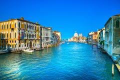 Venedig storslagen kanal, Santa Maria della Salute kyrkagränsmärke. Det arkivfoto