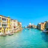Venedig storslagen kanal, Santa Maria della Salute kyrkagränsmärke. Italien royaltyfri foto