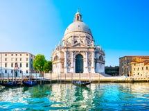 Venedig storslagen kanal, Santa Maria della Salute kyrklig gränsmärke på royaltyfri fotografi