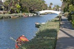 Venedig strandkanal med fartyget och bron Royaltyfri Bild