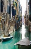 Venedig-Szene entlang der Wegweise Lizenzfreies Stockbild