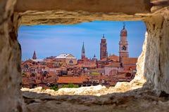 Venedig torn- och taksikt till och med stenfönster Arkivbild