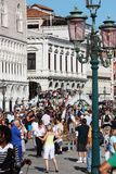 Venedig-Touristen auf Brücke Stockbilder