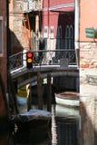 Venedig trafikljus på kanalen arkivbild