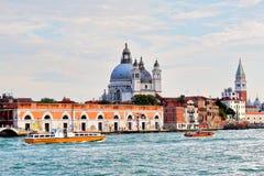 Venedig Två motoriska fartyg i vatten av den storslagna kanalen Royaltyfri Fotografi