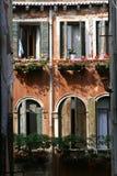 Venedig typisk forntida hus royaltyfria bilder